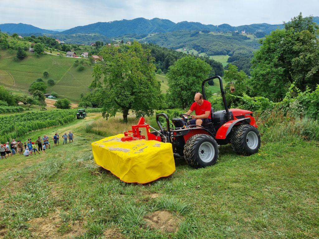 Traktor AGT in kosilnica Ziegler I Agromehanika d.d.